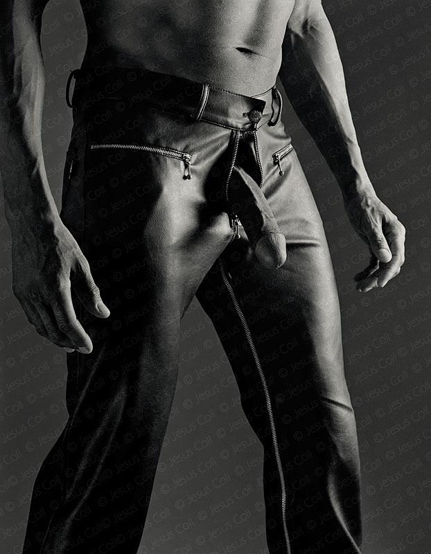 Hombre negro vestido con pantalones de cuero negro mostrando su pene. Fotografía erótica FineArt de Jesús Coll