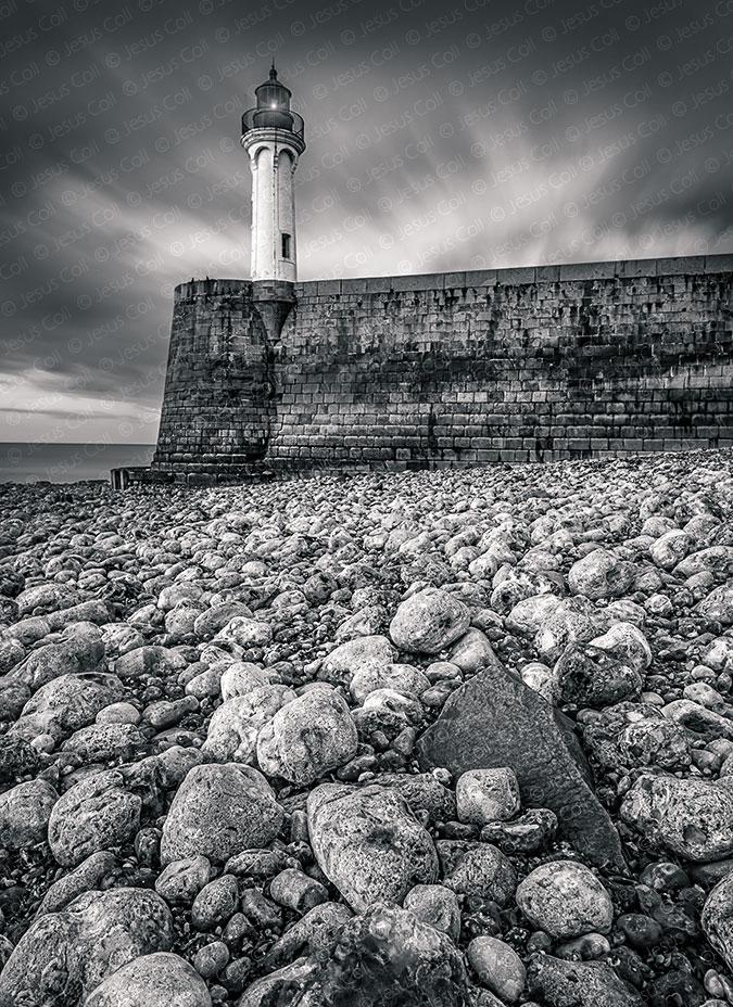 Fotografia fineart giclée de paisaje en blanco y negro de Jesús Coll. Lighthouse & Pebbles, Saint Valery En Caux, Normandía, Francia