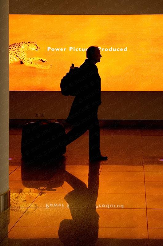 Hombre con maleta en aeropuerto de Munich, fotografía de stock de Jesús Coll