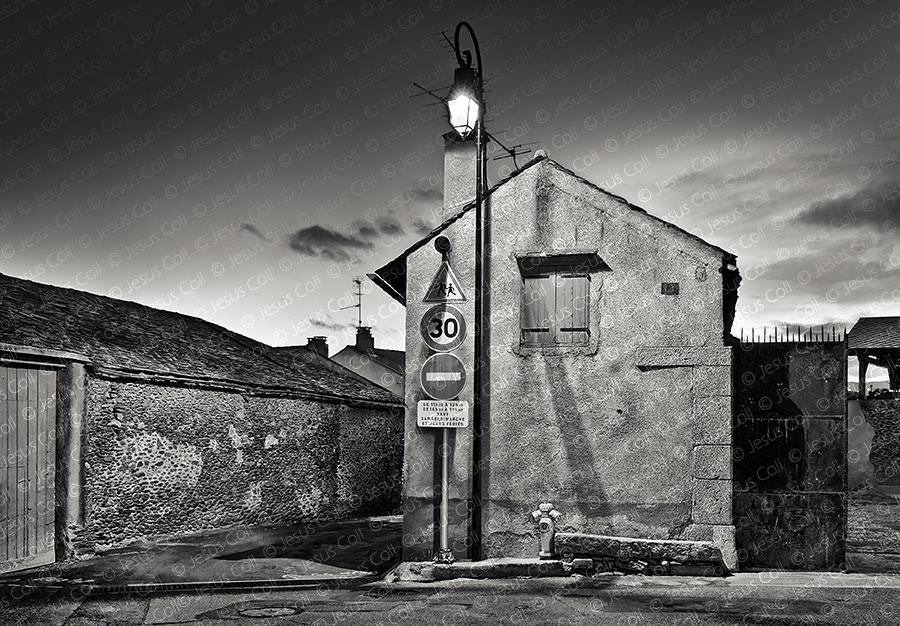 Pueblo de Noche, Palau de Cerdagne, Francia. Fotografía de Paisaje Urbano en Blanco y Negro de Jesus Coll