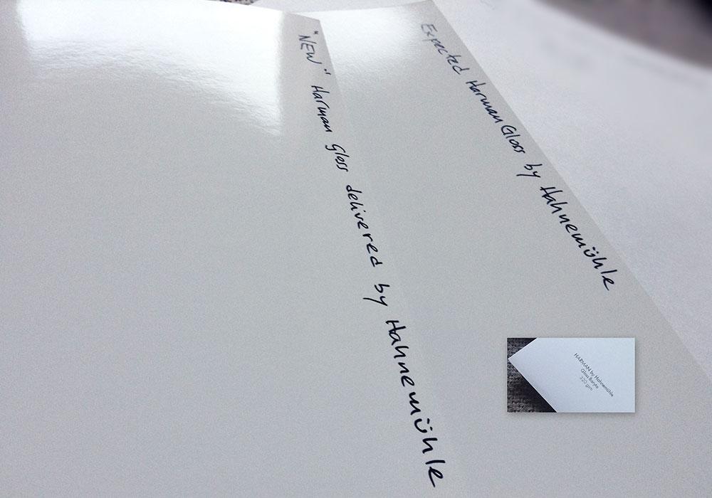 """Harman by Hahnemühle. A la izquierda, un recorte del rollo del del """"nuevo"""" papel recibido. A la derecha un DIN A4 perteneciente al Sample Pack, ambos de Harman by Hahnemühle. A pesar de ser una foto sencilla, se aprecia la diferencia en brillo en la parte del reflejo."""