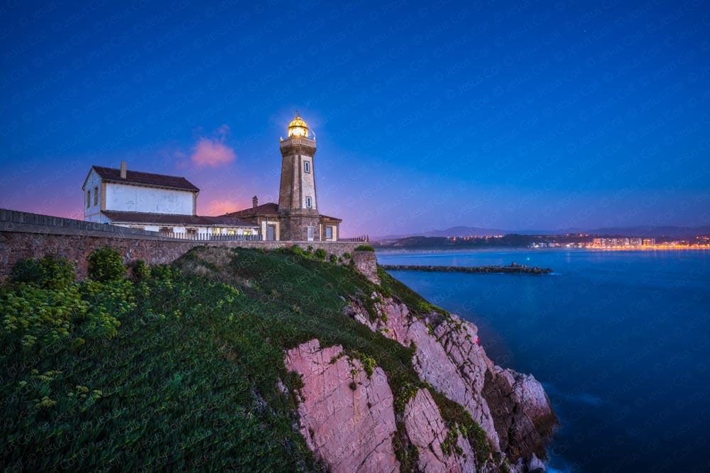 Faro de Aviles, Asturias, España © Jesus Coll. Nikon 18mm f/3.5 Ai-SISO 100 f/11 30 seg.